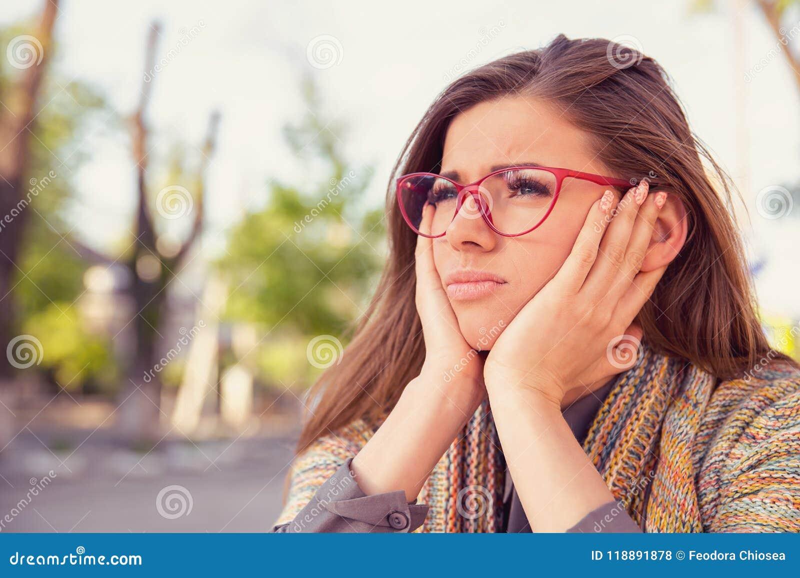 Jeune femme triste réfléchie semblant se reposer sombre dehors