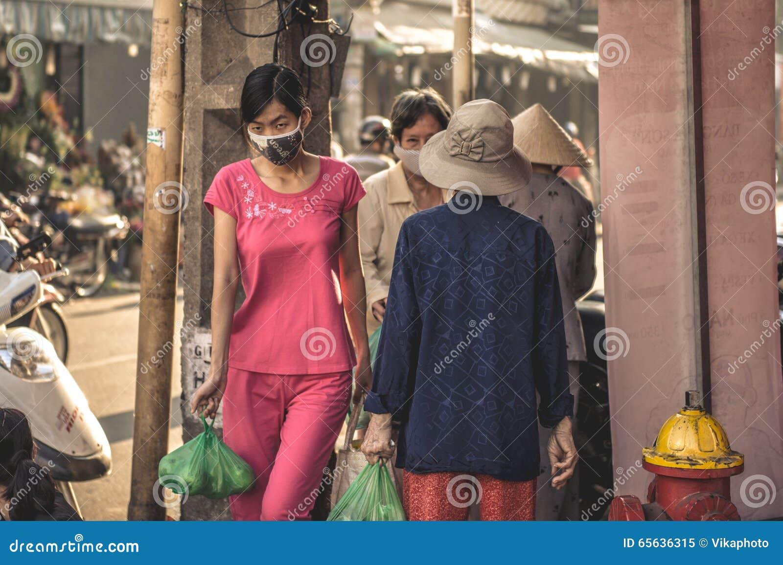 Jeune femme vietnamienne sur le marché