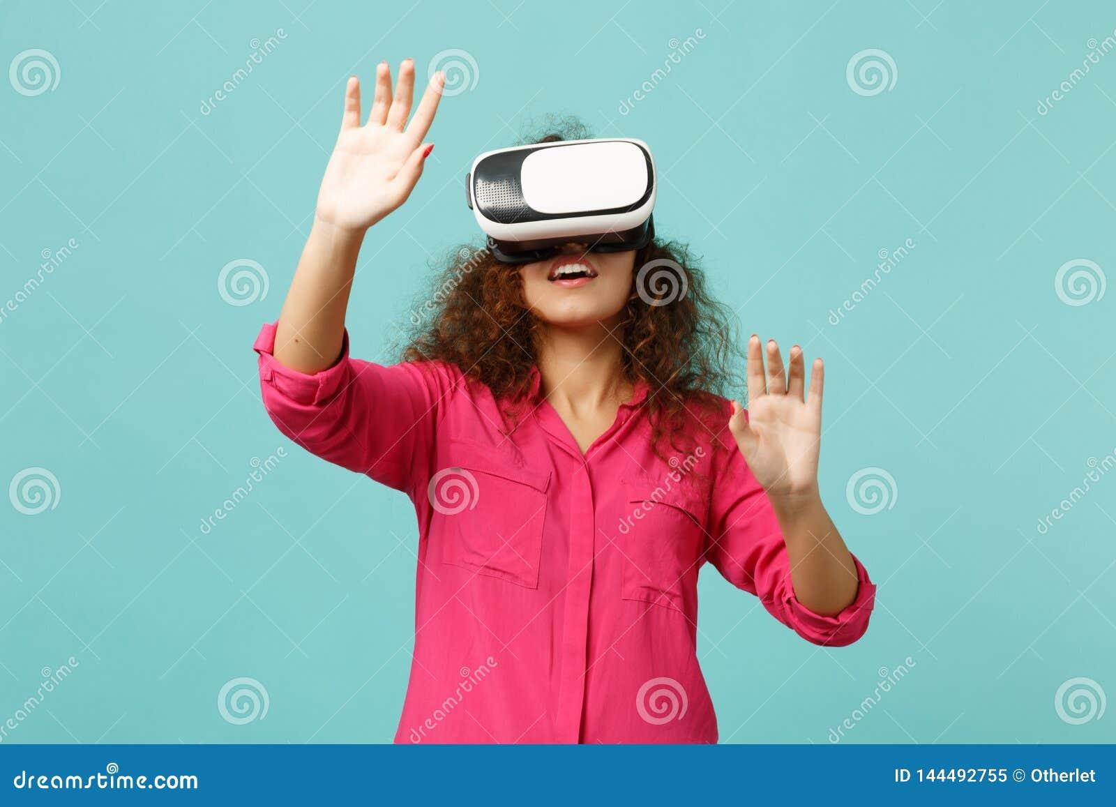Jeune fille africaine regardant dans le casque, contact quelque chose comme le bouton ON de clic de poussée, se dirigeant à flott