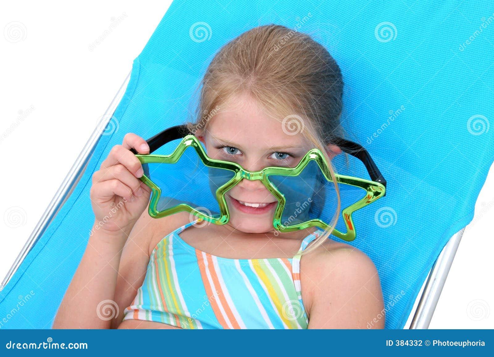 Jeune fille avec de grandes lunettes de soleil drôles