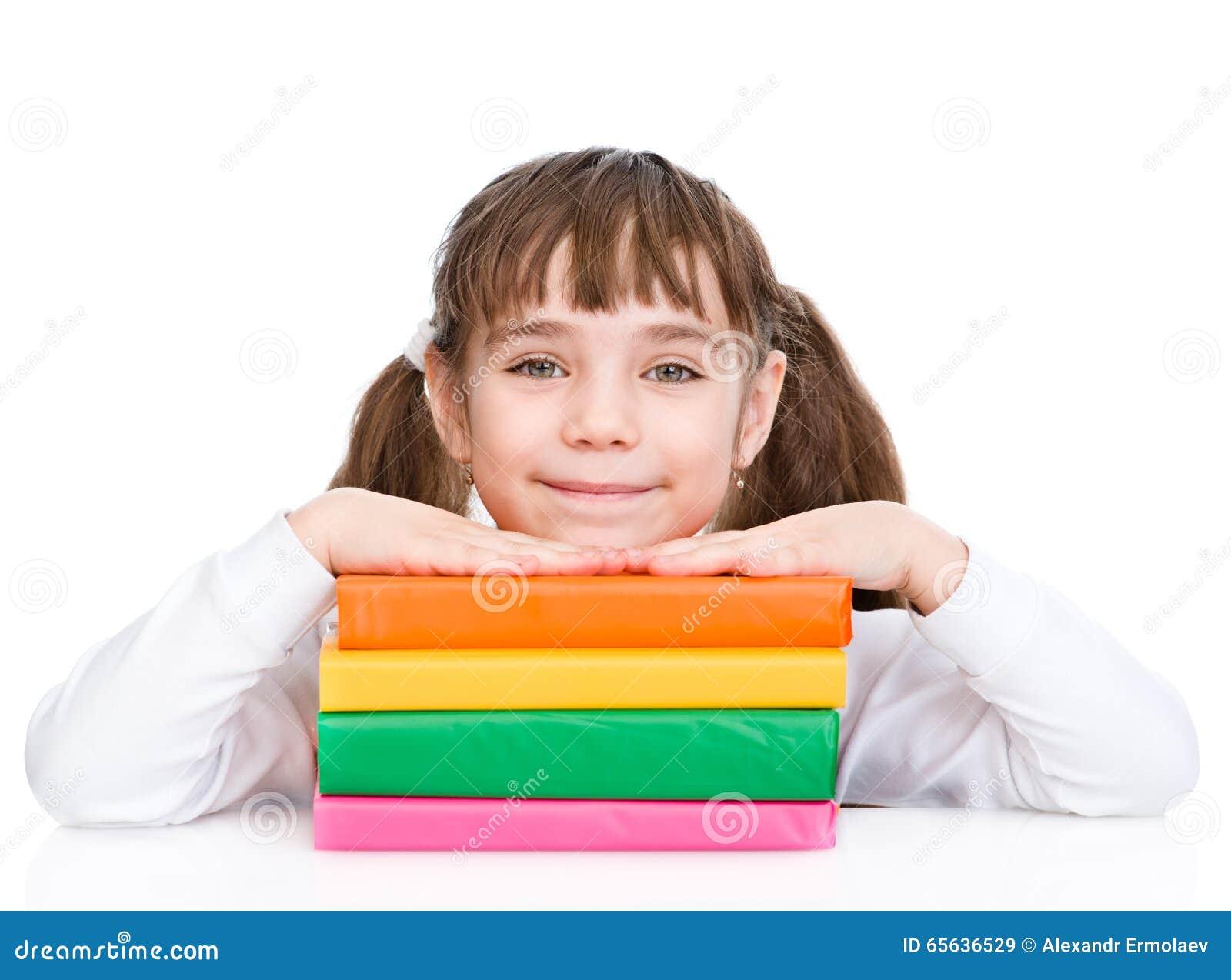 Jeune fille avec des livres de pile D isolement sur le fond blanc