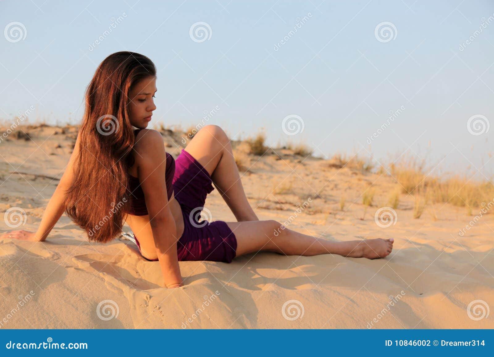 Jeune fille avec du charme dans le désert