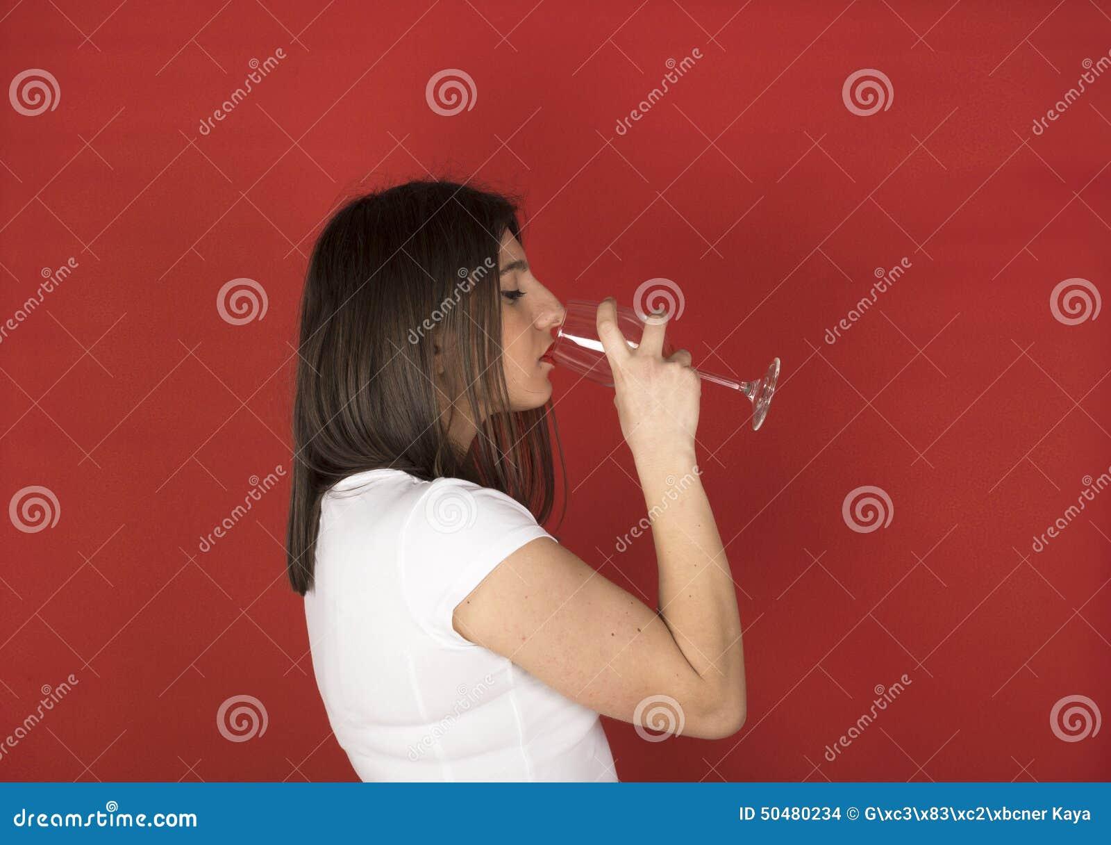 Jeune fille avec le verre de vin