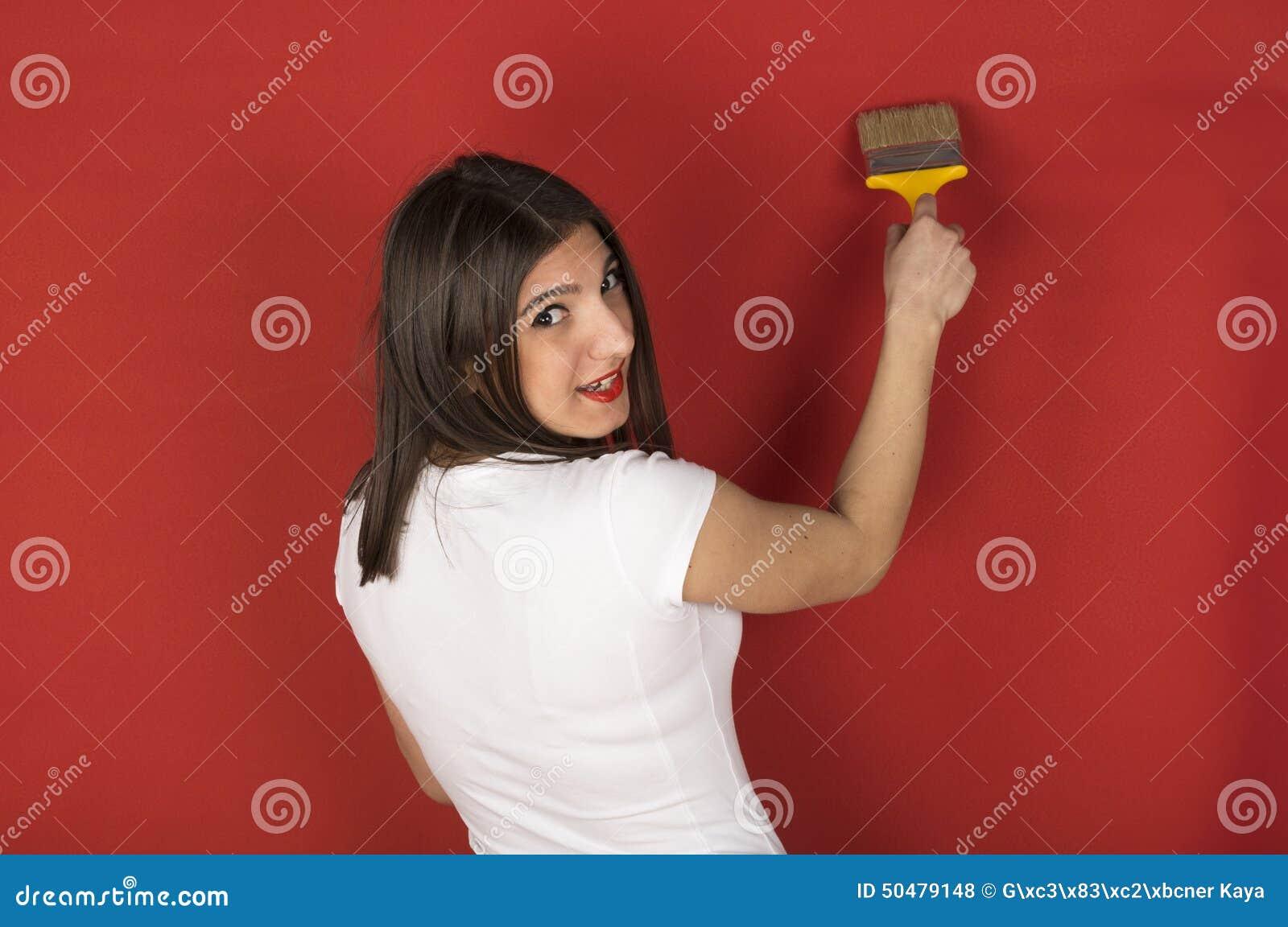 Jeune fille avec un pinceau