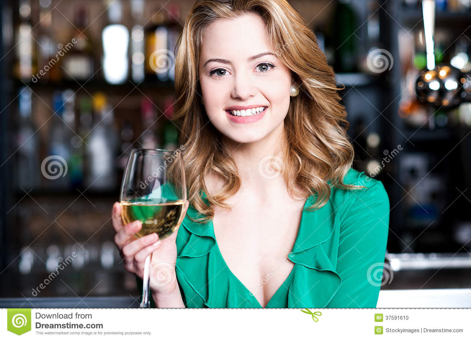 Jeune fille avec un verre de champagne