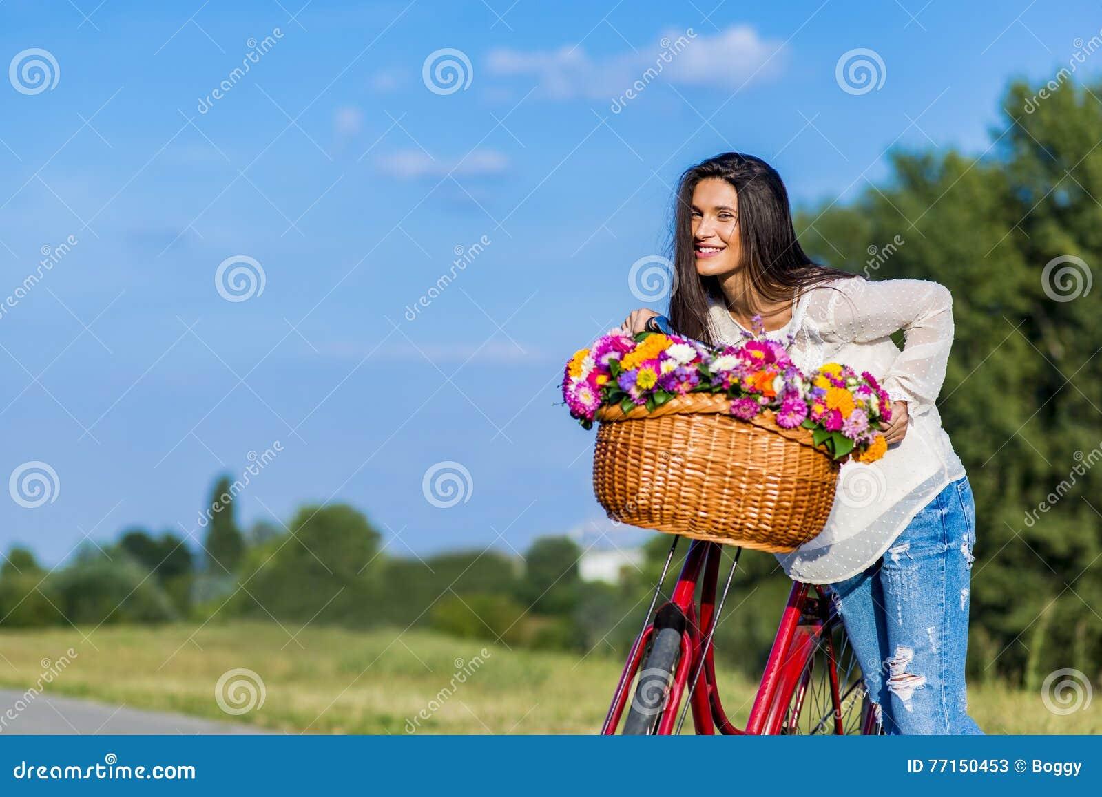 Jeune fille avec une bicyclette