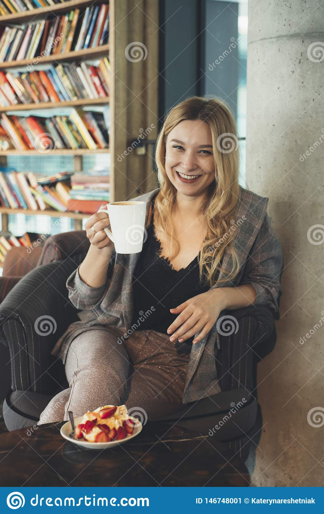 Jeune fille avec une cuvette de caf?