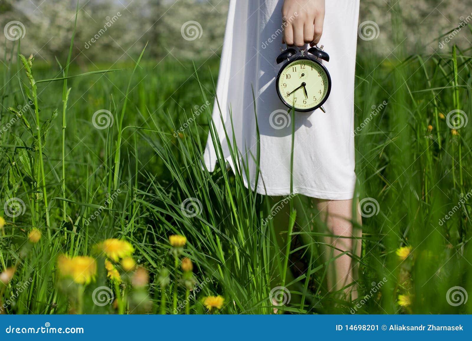 Jeune fille avec une horloge d alarme dans des ses mains