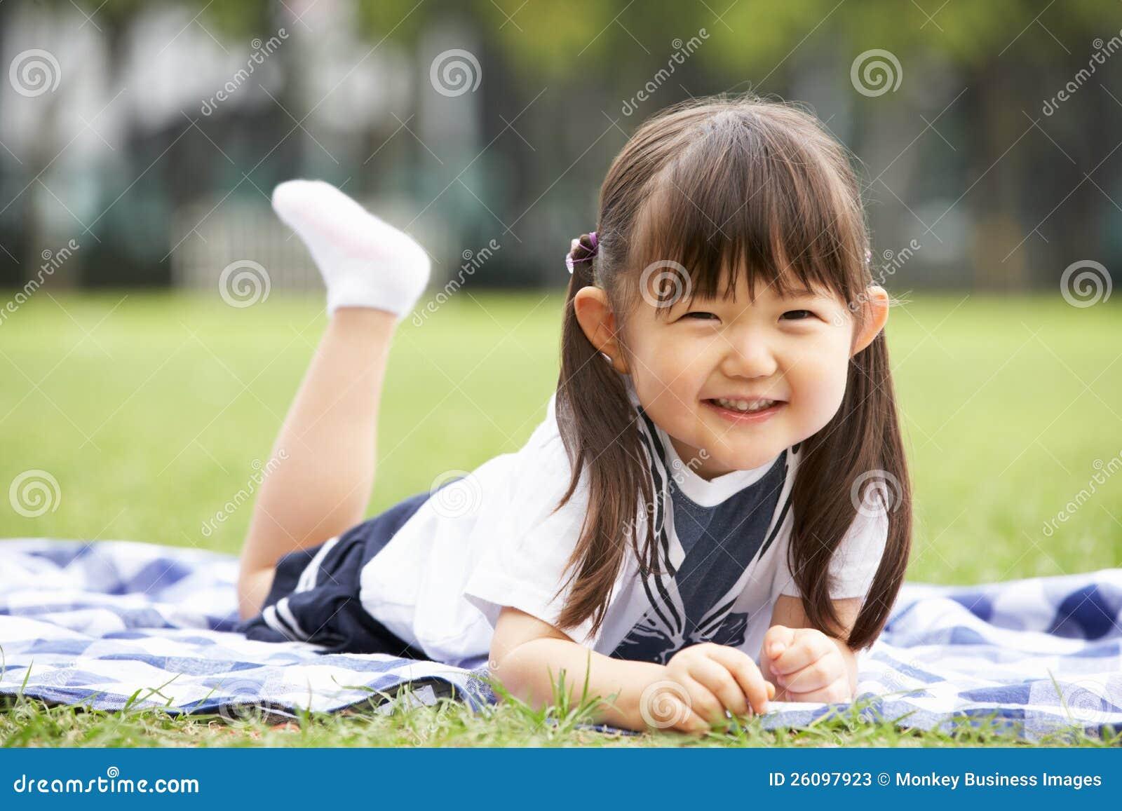 jeune fille chinoise se trouvant sur la couverture en stationnement
