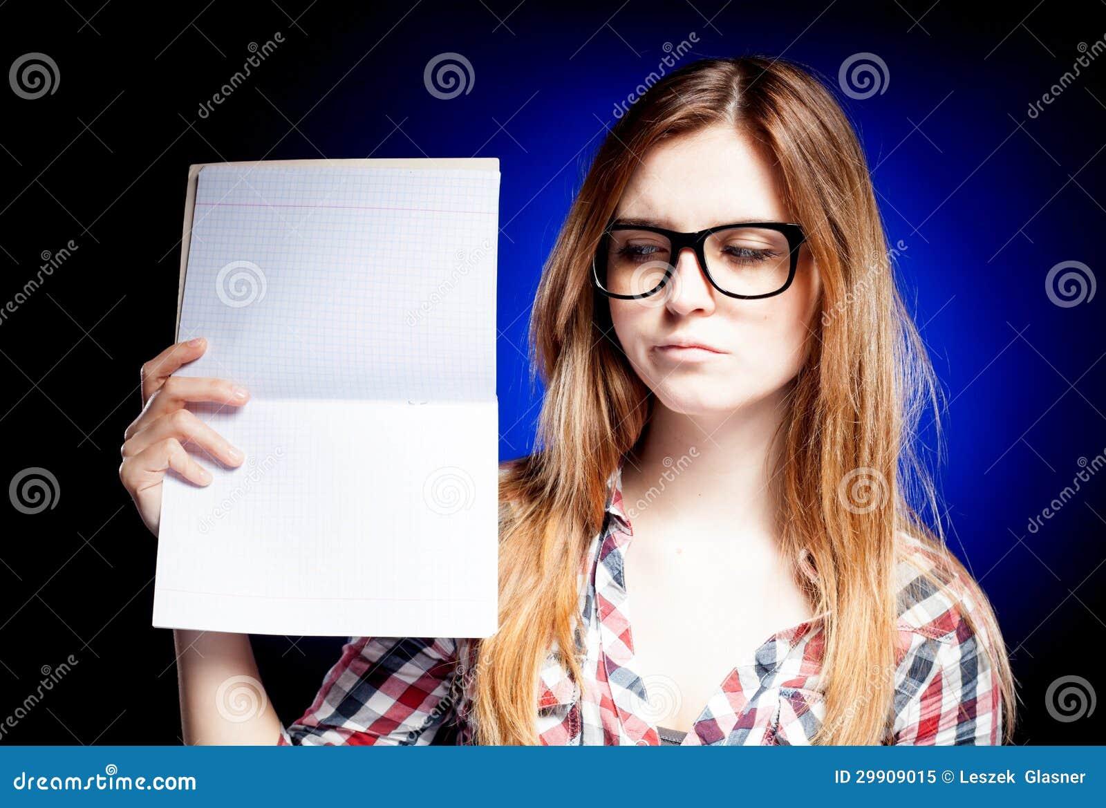 Jeune fille déçue avec se tenir en verre de ballot