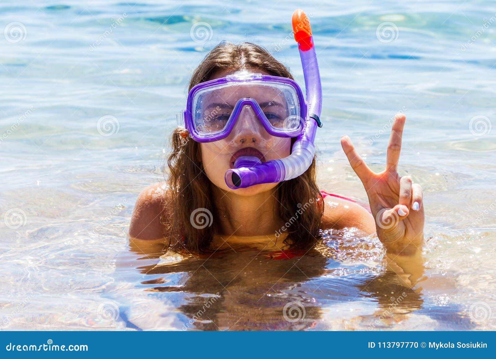 Jeune fille d adolescent au bord de la mer portant un masque de plongée