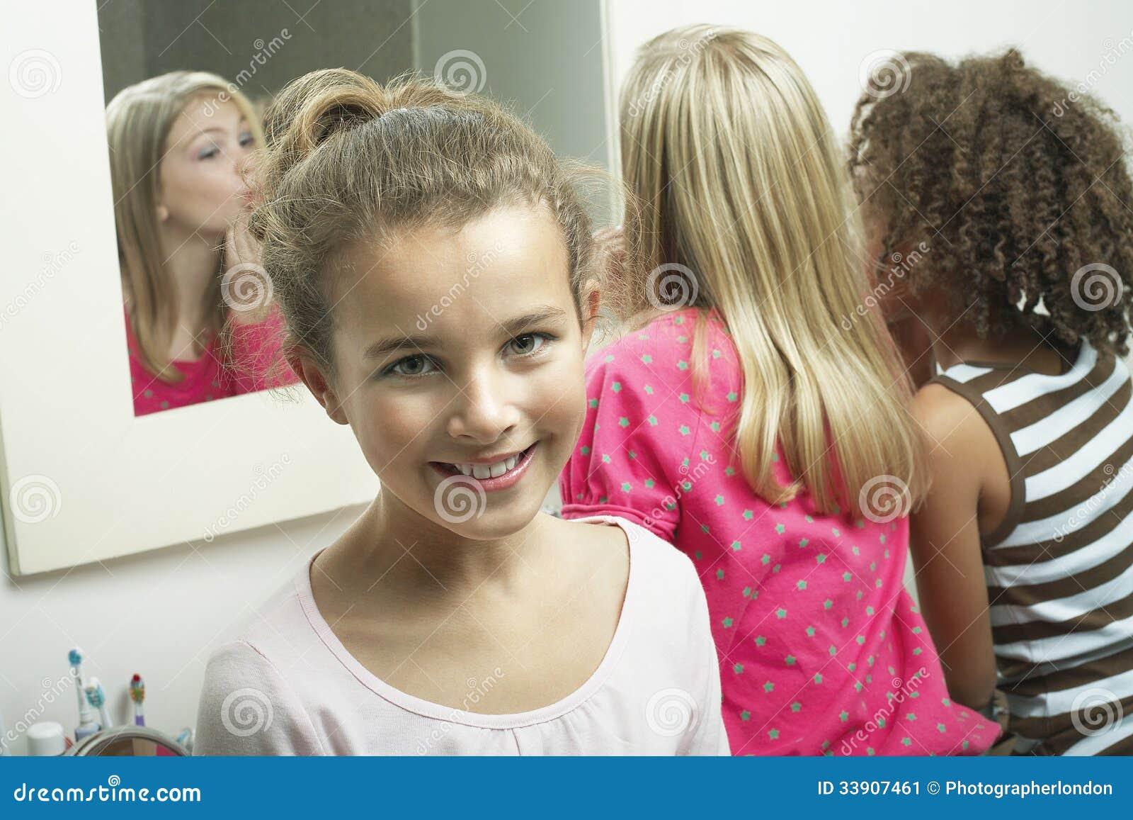 jeune fille dans la salle de bains avec des amis image stock image du bathroom africain 33907461. Black Bedroom Furniture Sets. Home Design Ideas