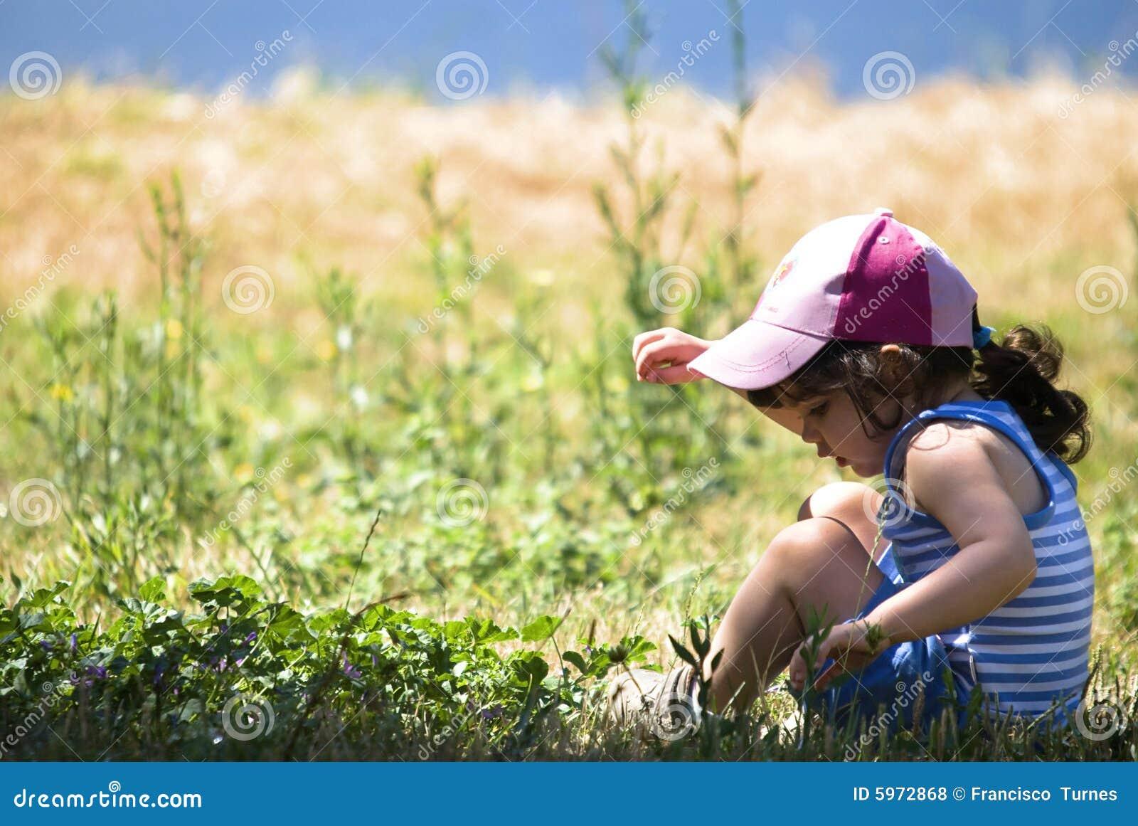 Jeune fille dans un domaine