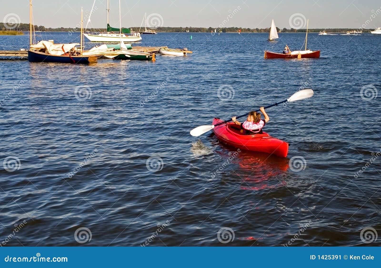 Jeune fille dans un kayak