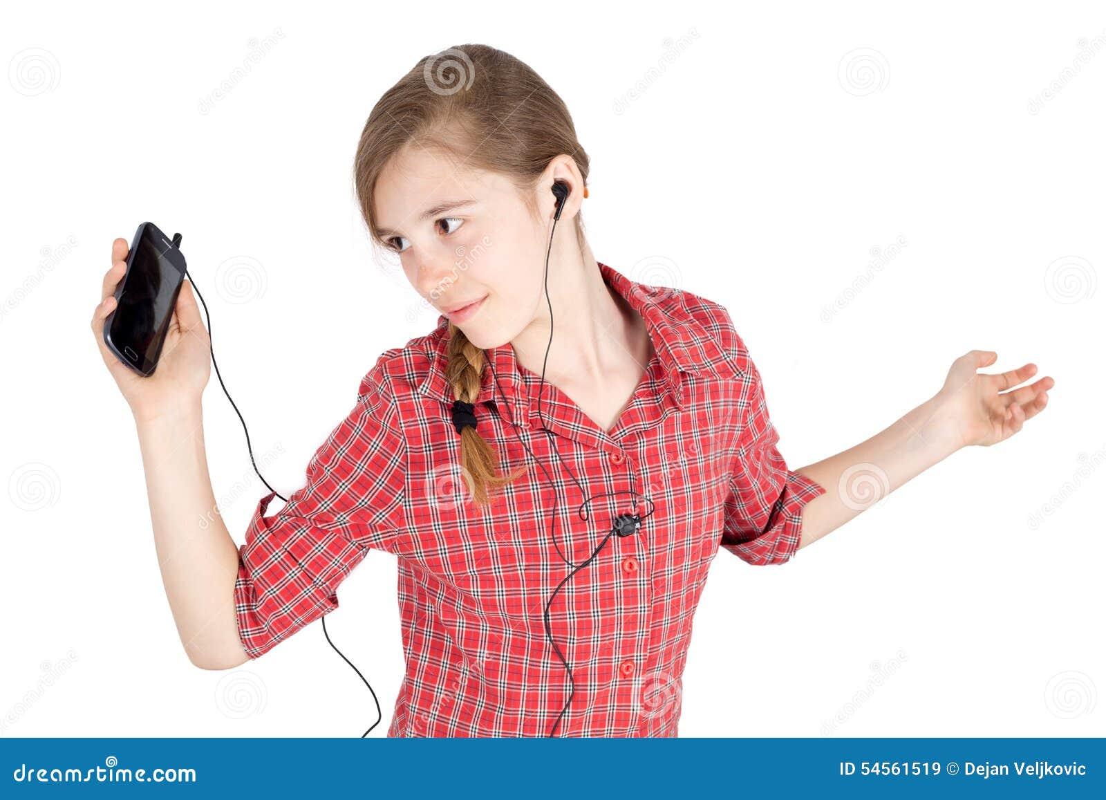 jeune fille de sourire avec couter tendu par bras la musique sur son t l phone portable et la. Black Bedroom Furniture Sets. Home Design Ideas