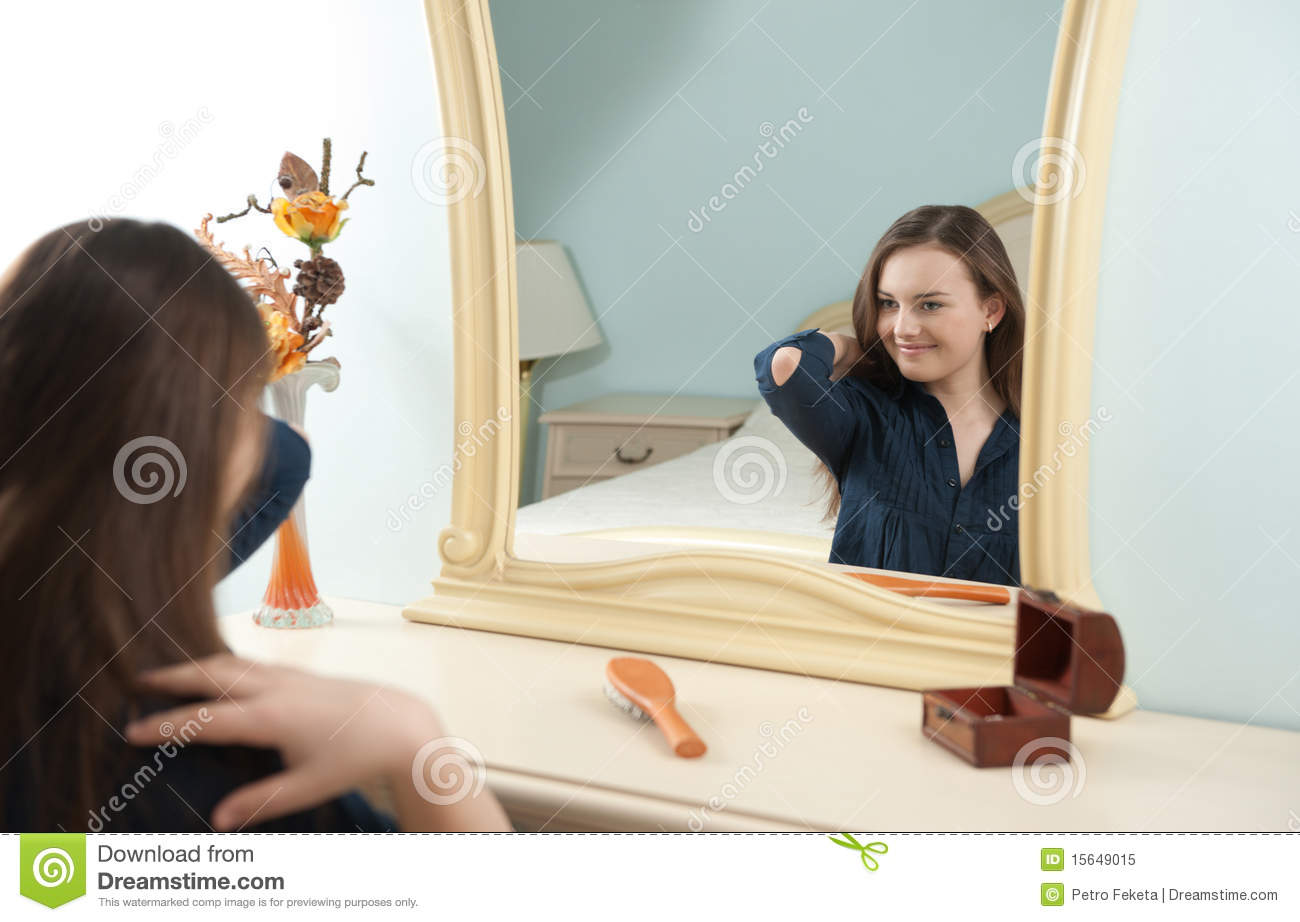Jeune fille devant le miroir photo libre de droits image for Miroir fille