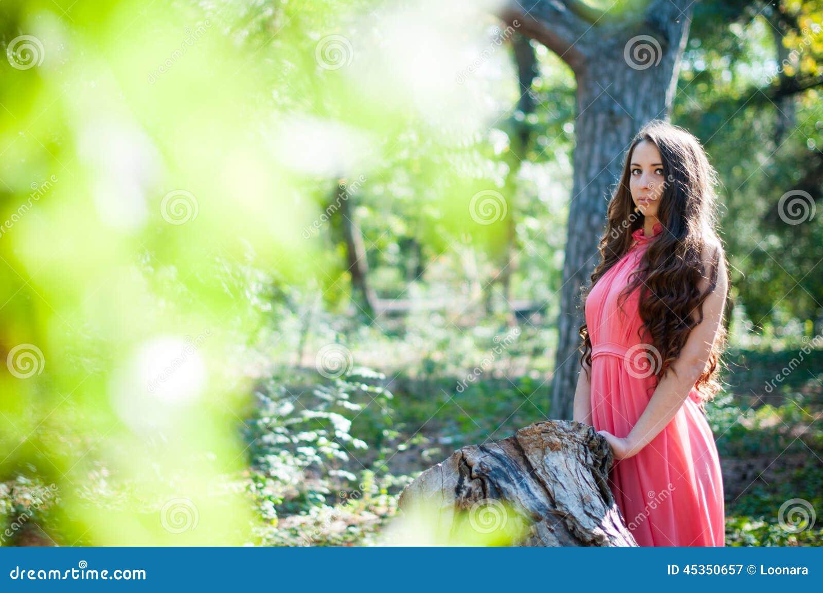 Jeune fille en parc