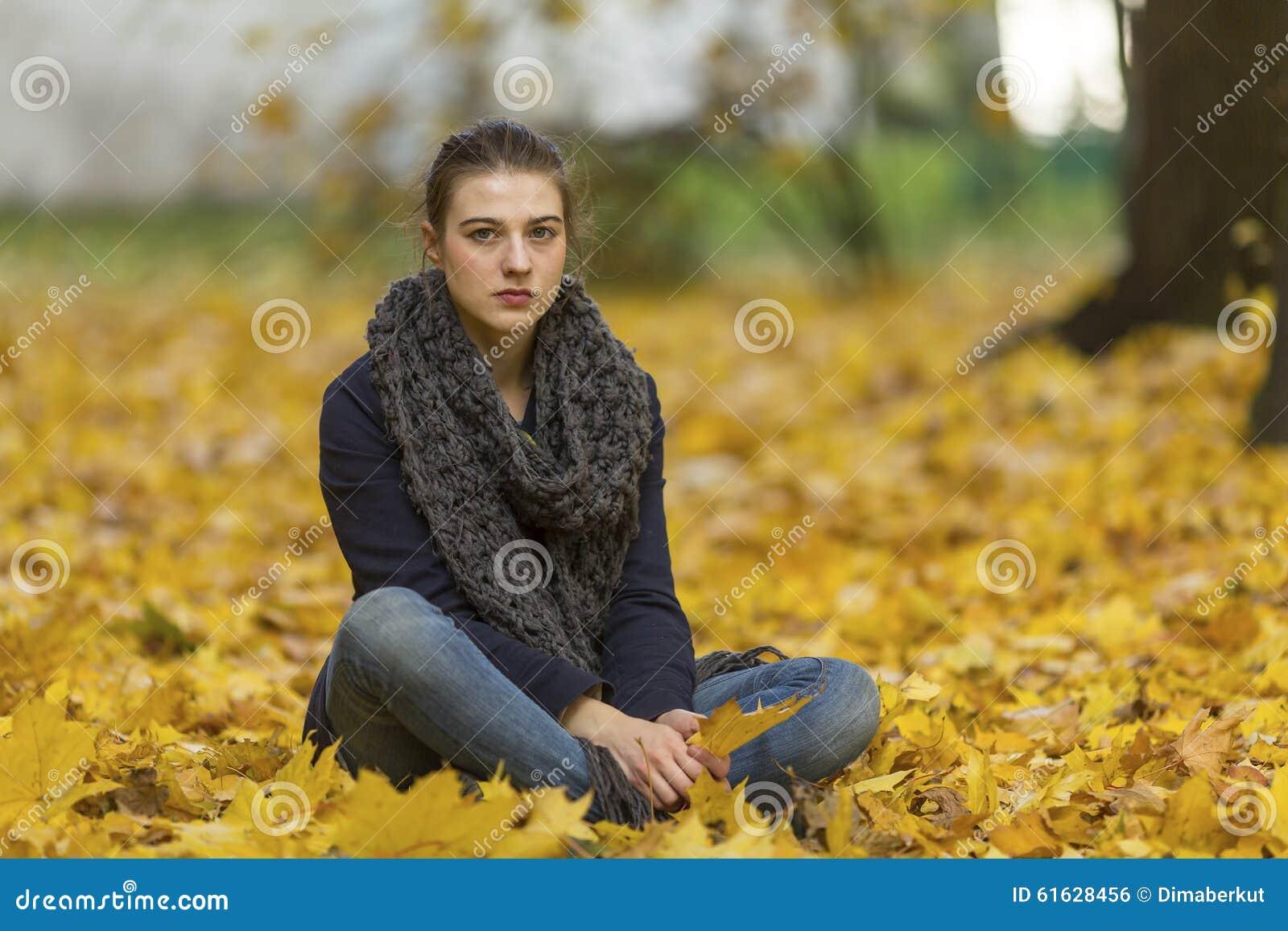 jeune fille en stationnement d 39 automne douleur photo stock image 61628456. Black Bedroom Furniture Sets. Home Design Ideas