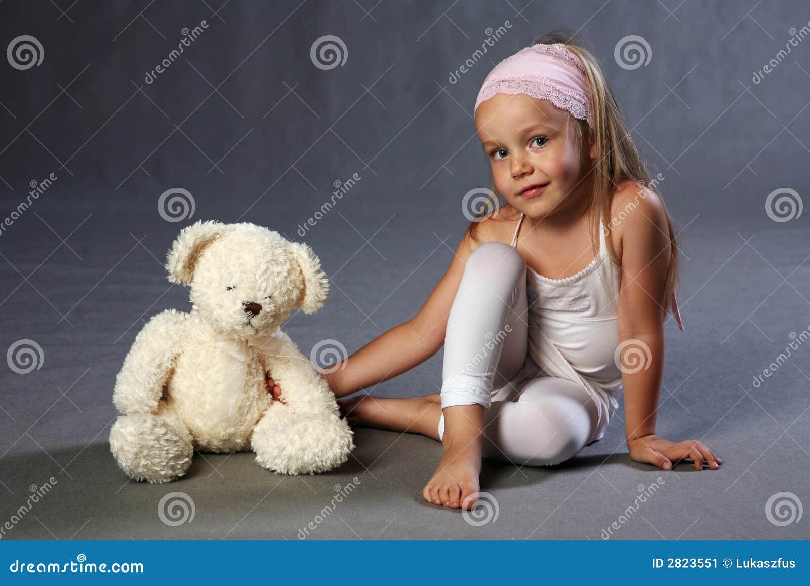 Jeune fille et ours de nounours