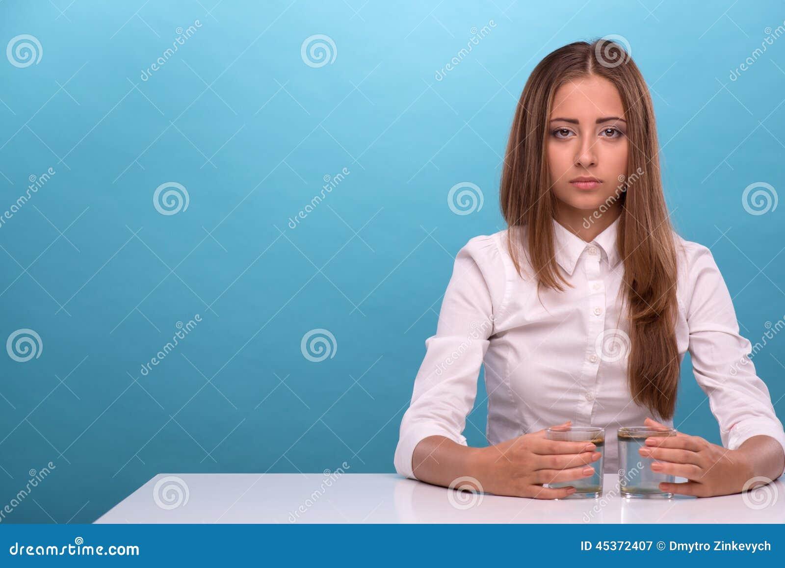 Jeune fille examinant la qualité de l eau en verres
