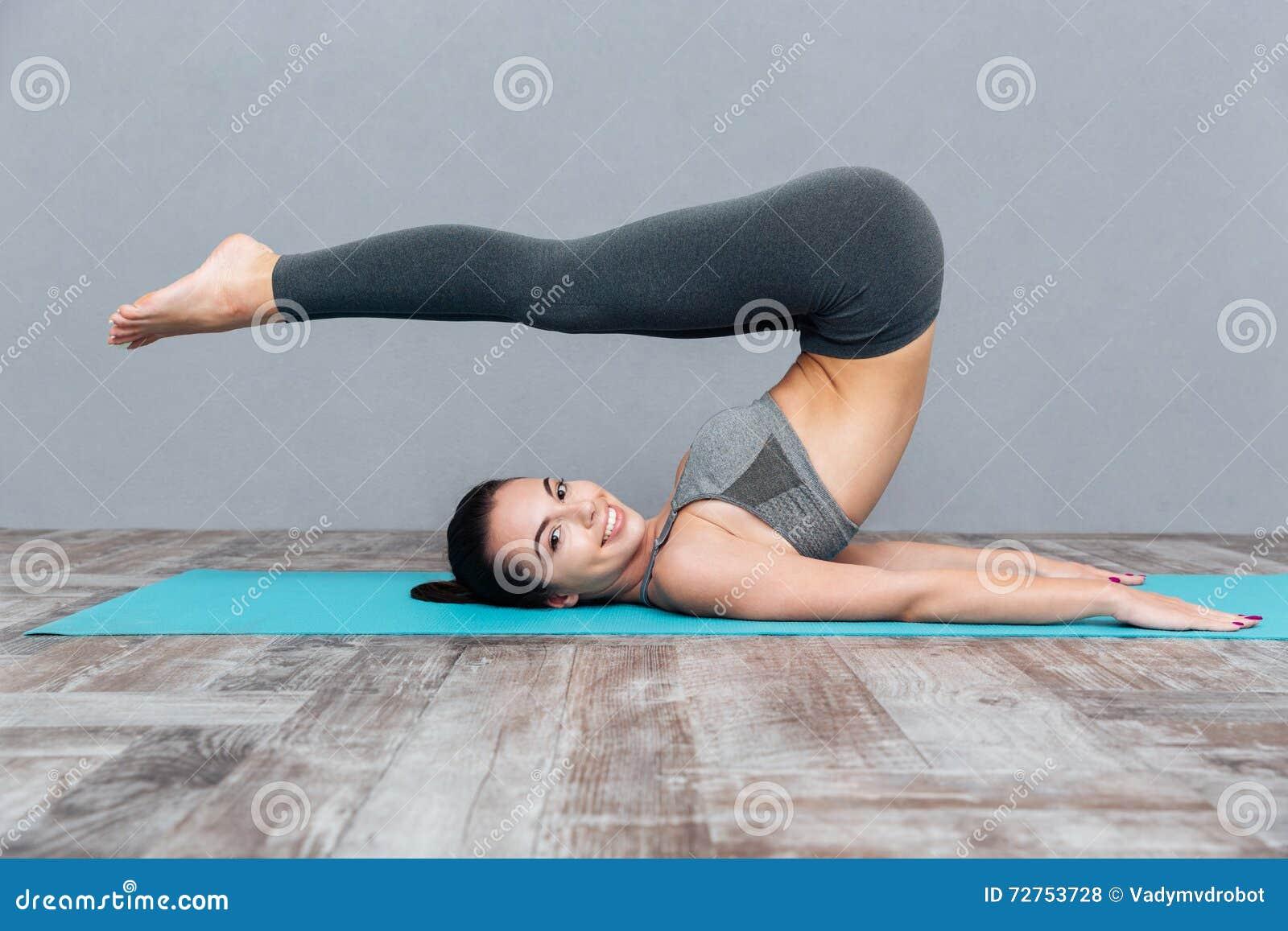 jeune fille faisant l 39 exercice halasana pose de yoga de charrue photo stock image du nu. Black Bedroom Furniture Sets. Home Design Ideas