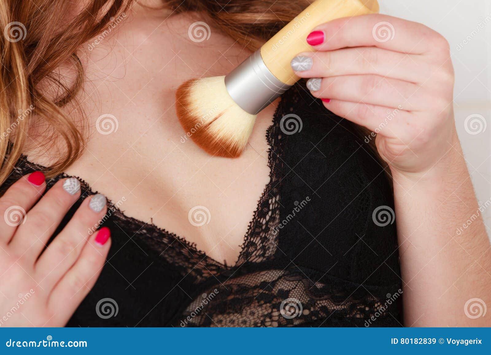 Jeune fille faisant le maquillage