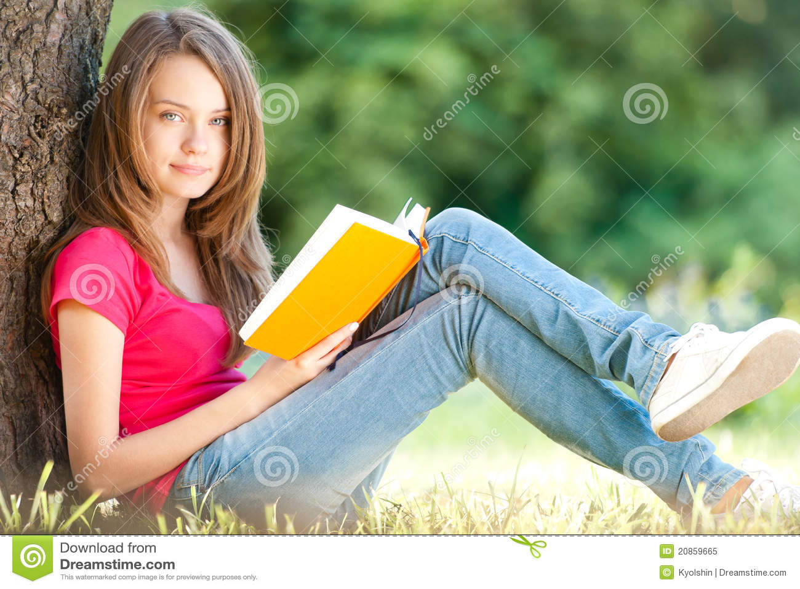 Студентка на траве 10 фотография