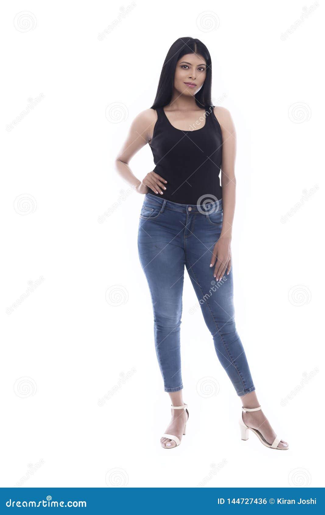 Jeune fille indienne dans les blues-jean et la camisole noire