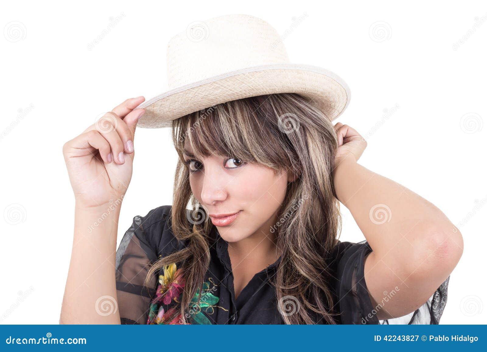 Jeune fille latine mettant le chapeau de paille dessus