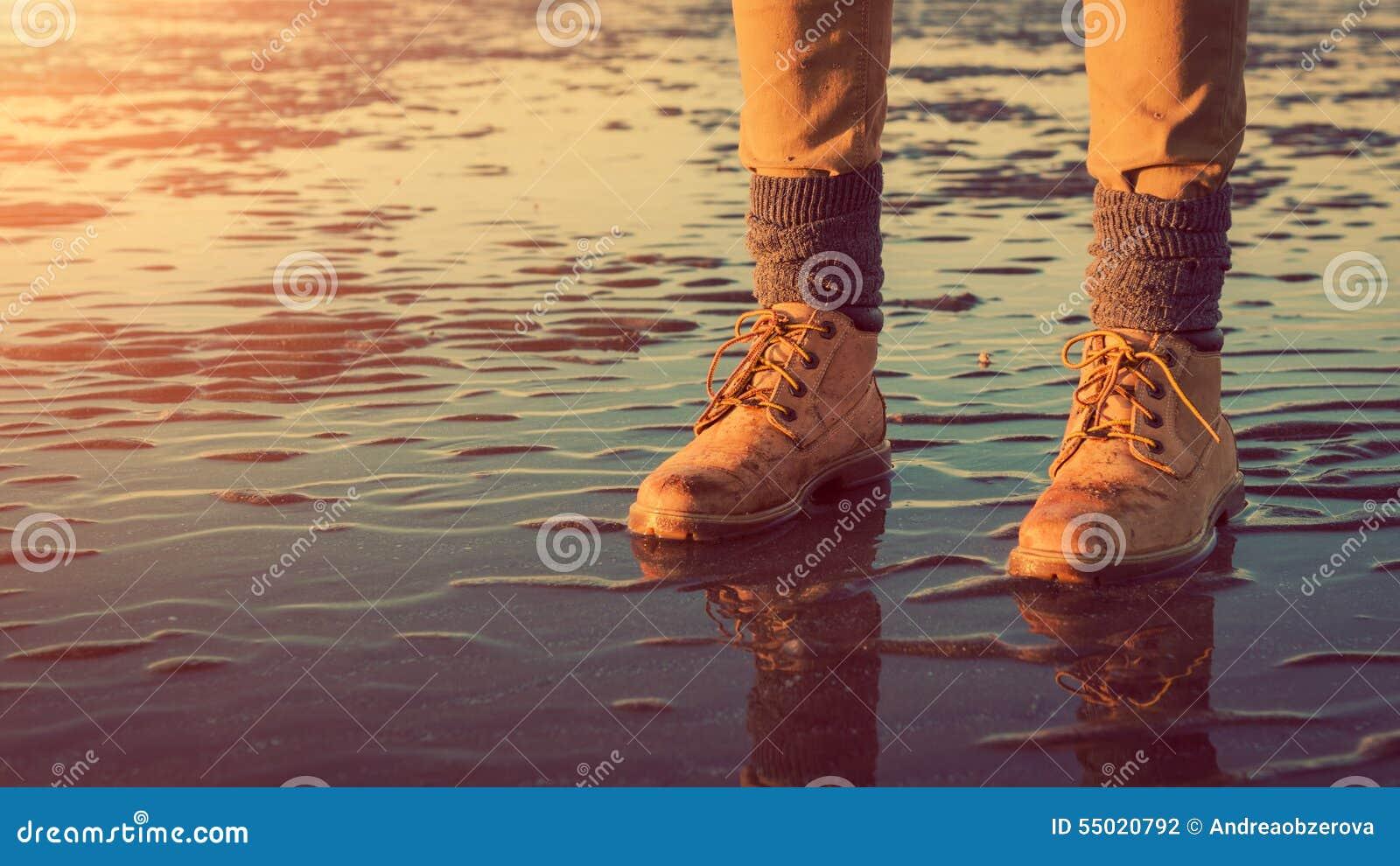 Jeune fille marchant sur une plage à marée basse, pieds de détail, concept d aventure