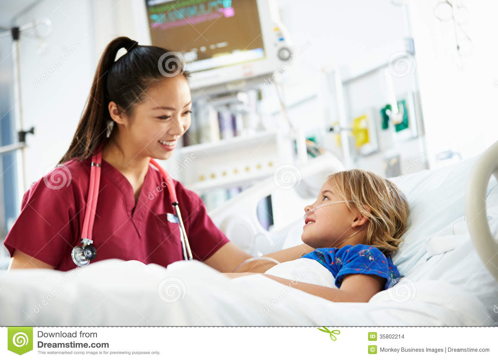 Jeune fille parlant à l unité femelle d In Intensive Care d infirmière