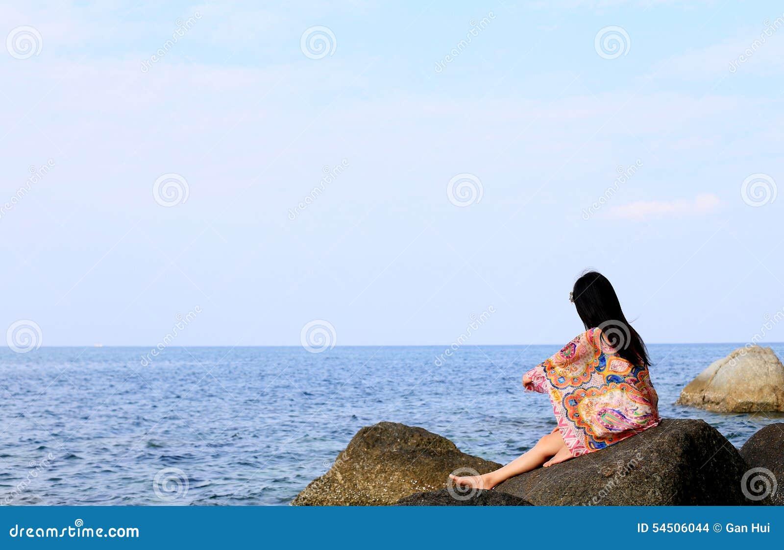 Jeune fille sur la plage de mer