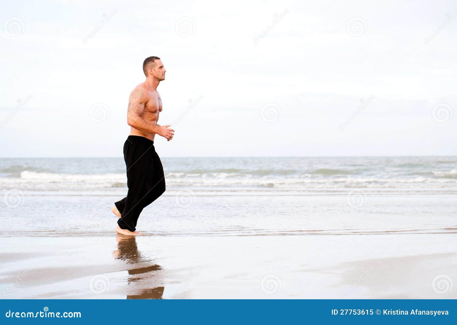 Jeune fonctionnement musculaire beau d homme
