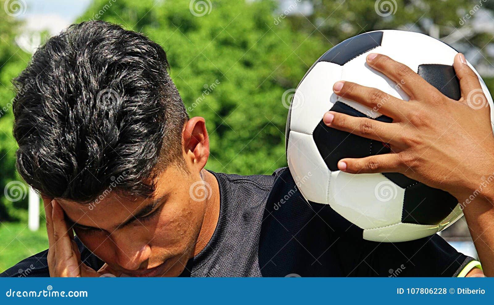 Jeune footballeur masculin hispanique et tristesse
