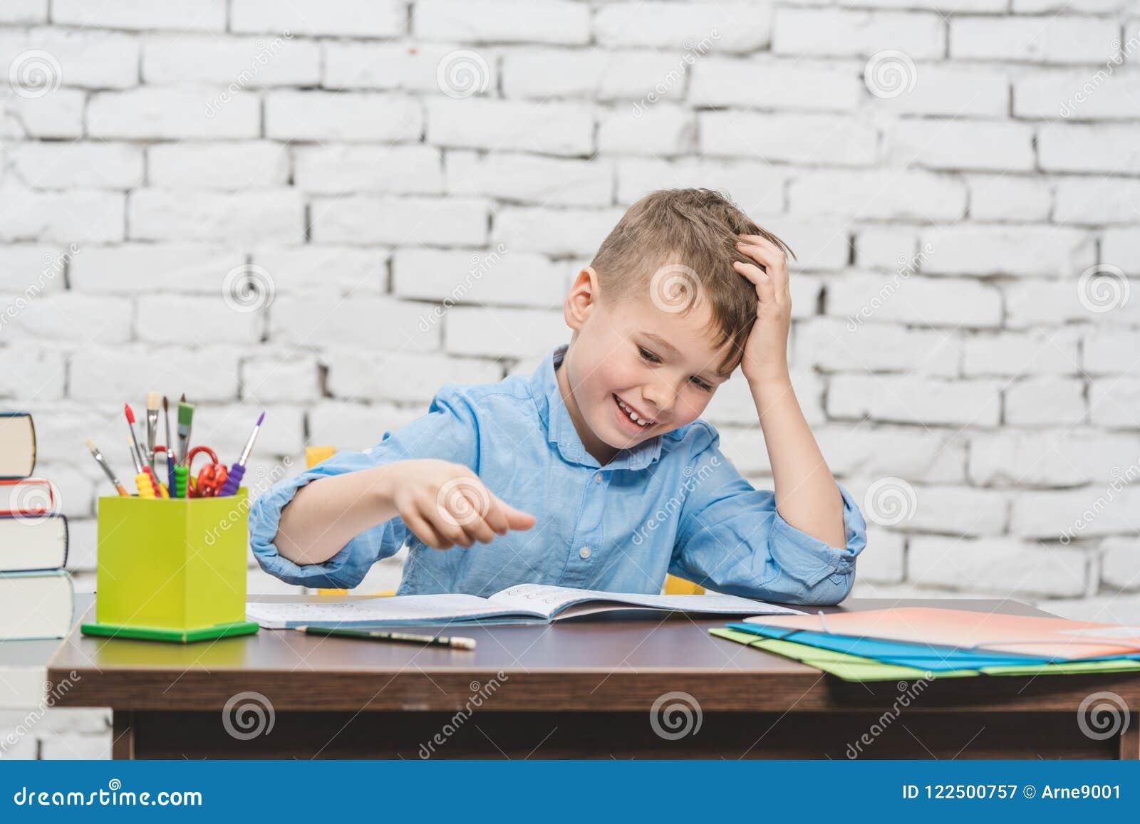 Jeune garçon apprenant pour l école image stock image du bureau
