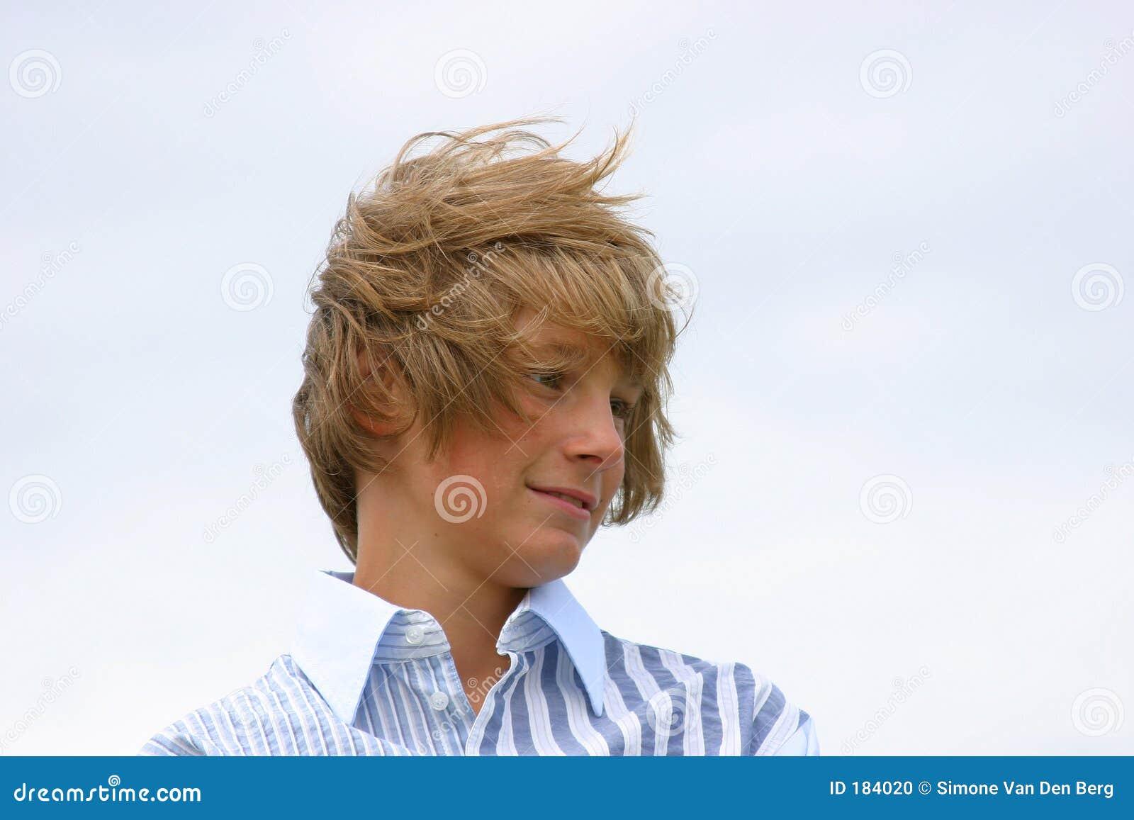 Jeune garçon avec le cheveu balayé par le vent