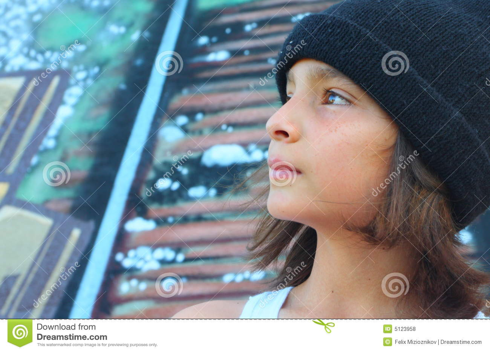 Jeune garçon avec un capuchon de crâne