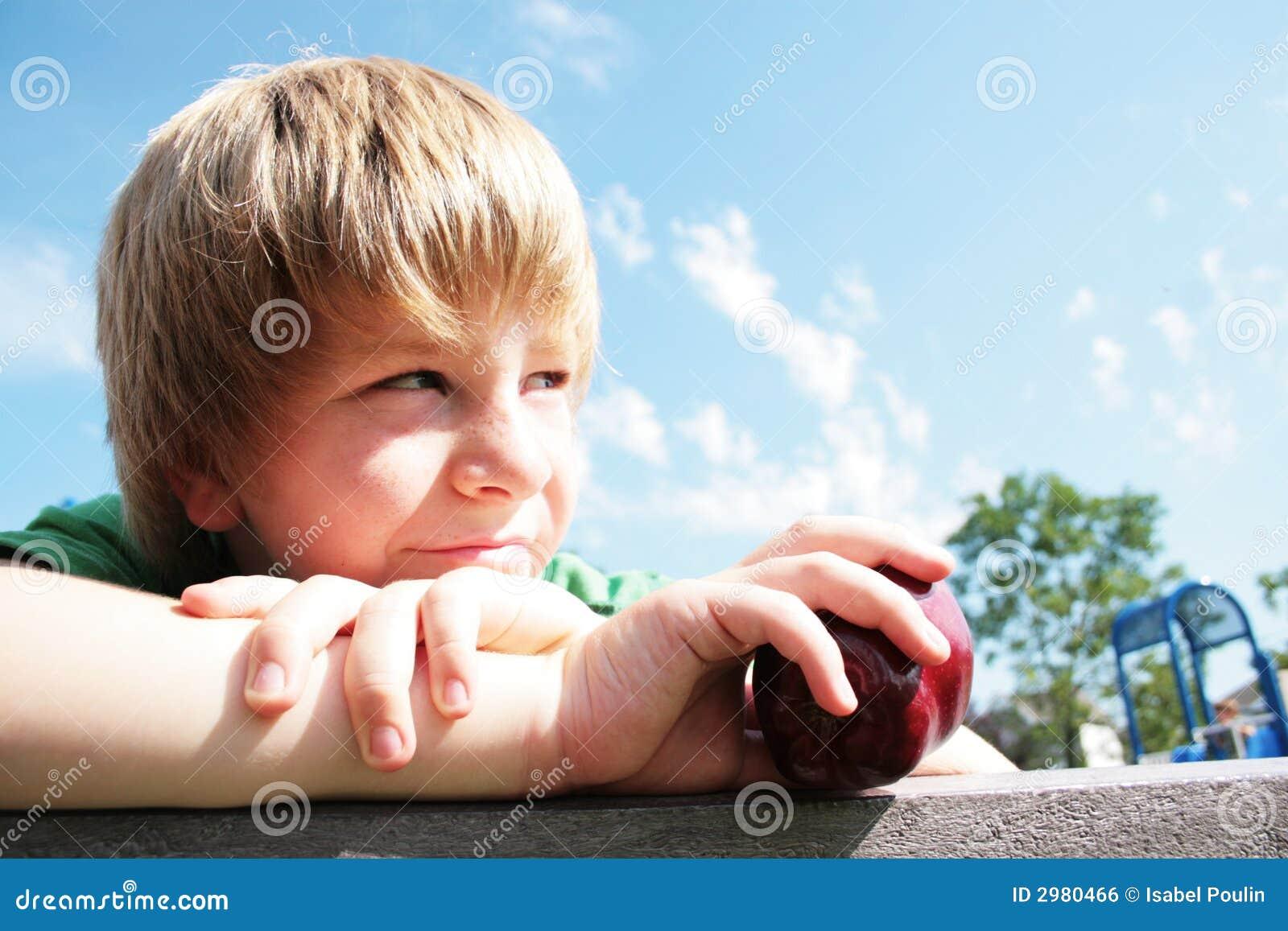 Jeune garçon avec une pomme