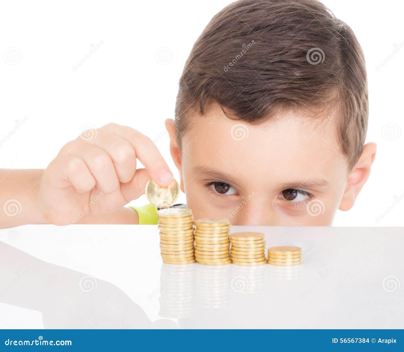 Jeune garçon comptant ses pièces de monnaie