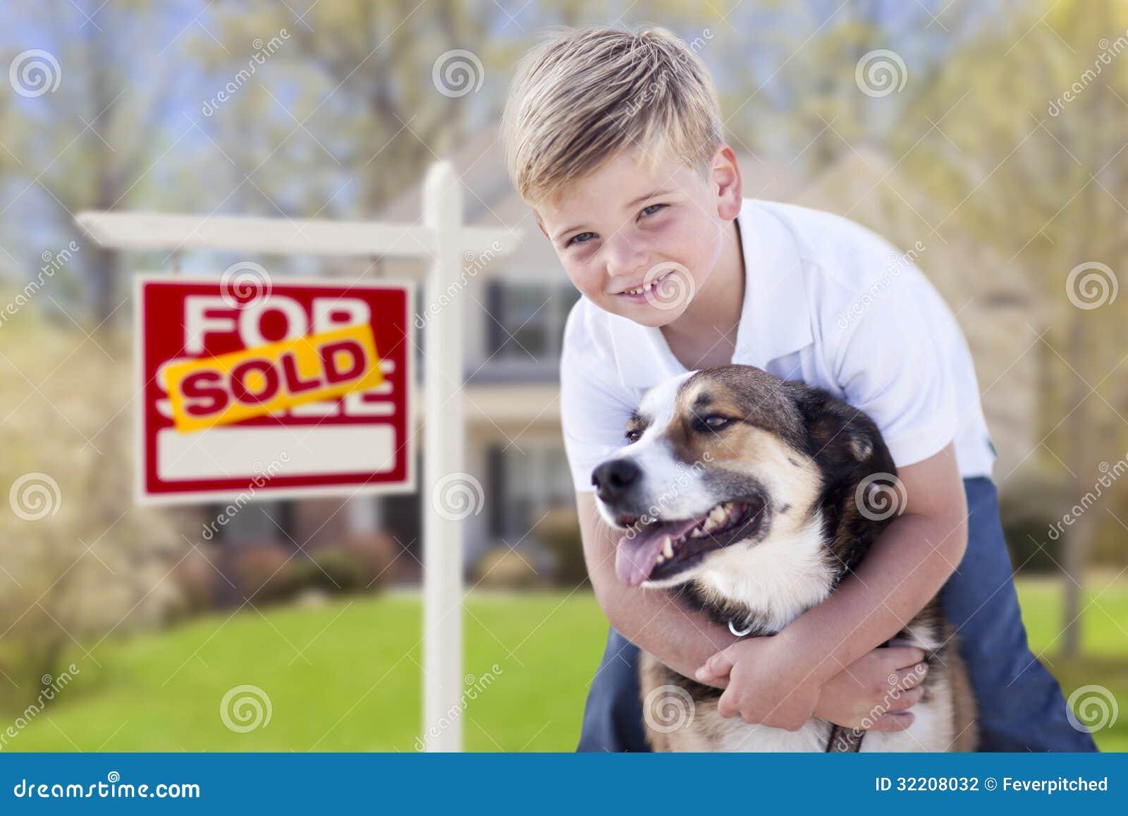 Jeune garçon et son chien devant vendu pour le signe et la Chambre de vente