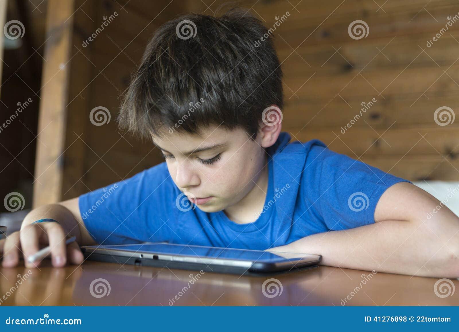 Jeune garçon et un comprimé numérique