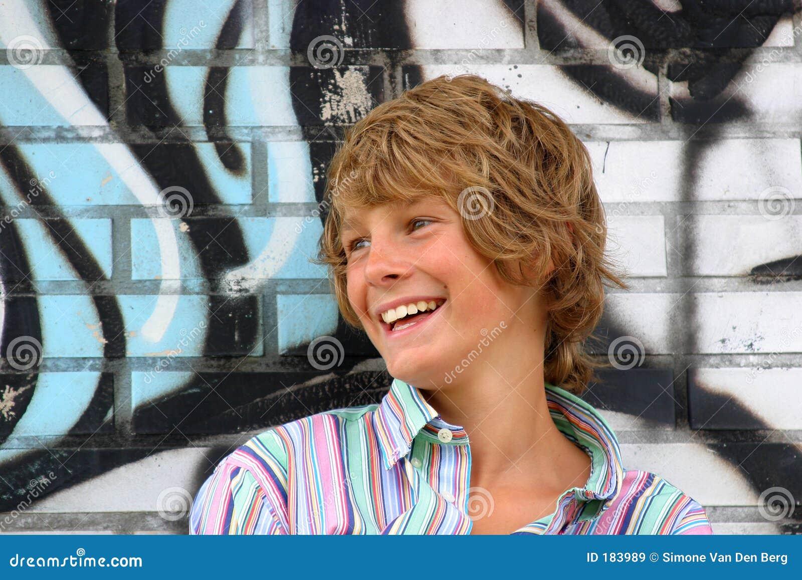Jeune garçon heureux