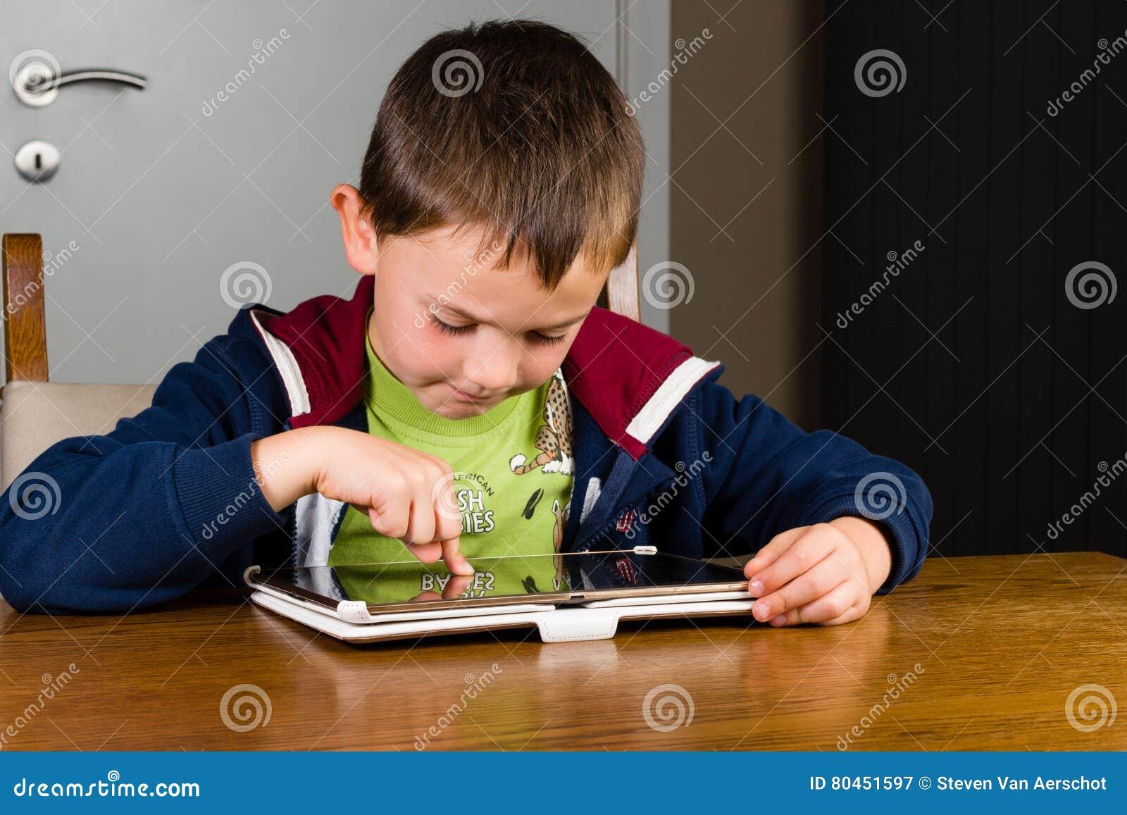 Jeune garçon jouant sur la tablette