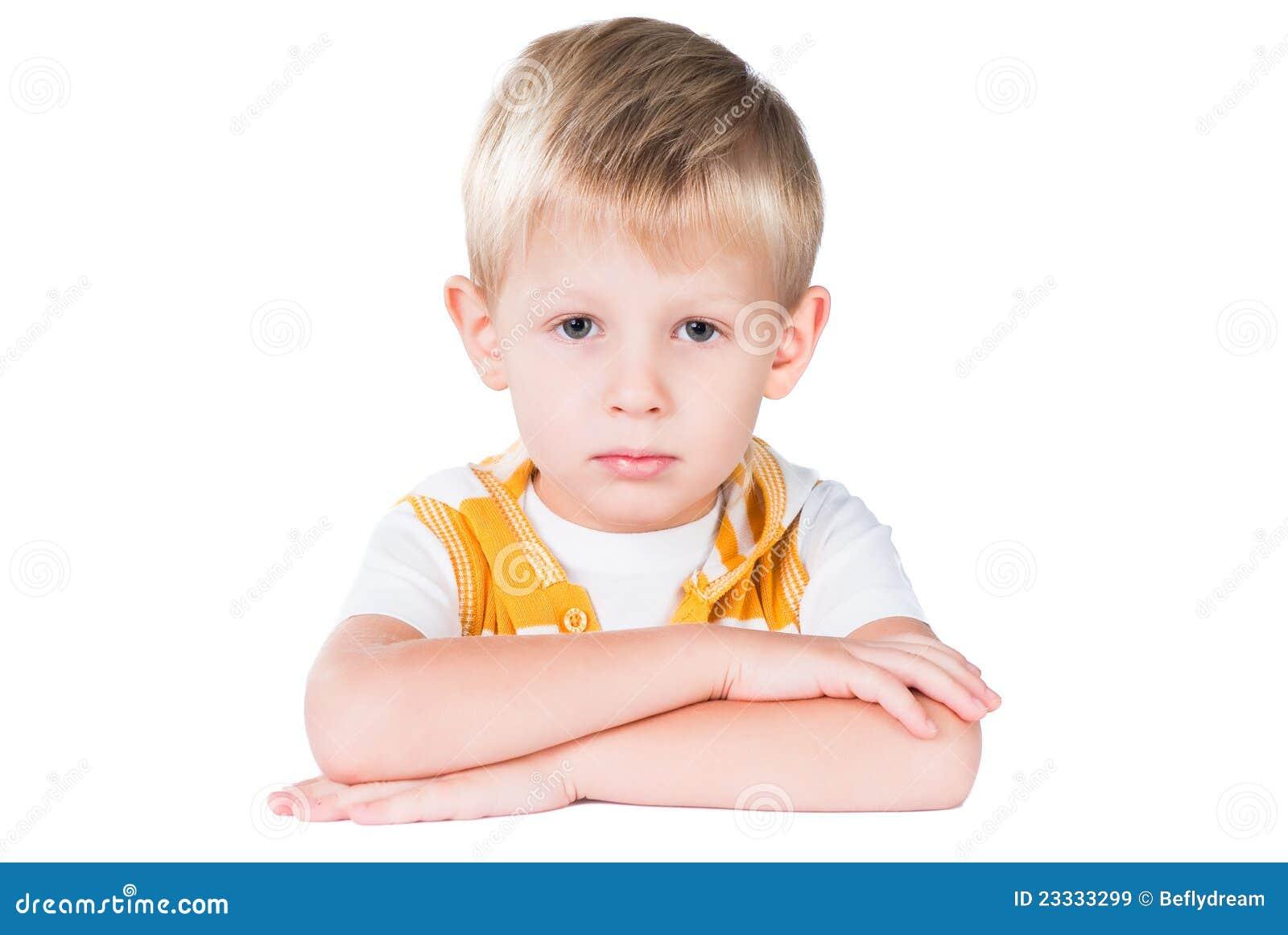 Jeune garçon soigné s asseyant à la table d isolement