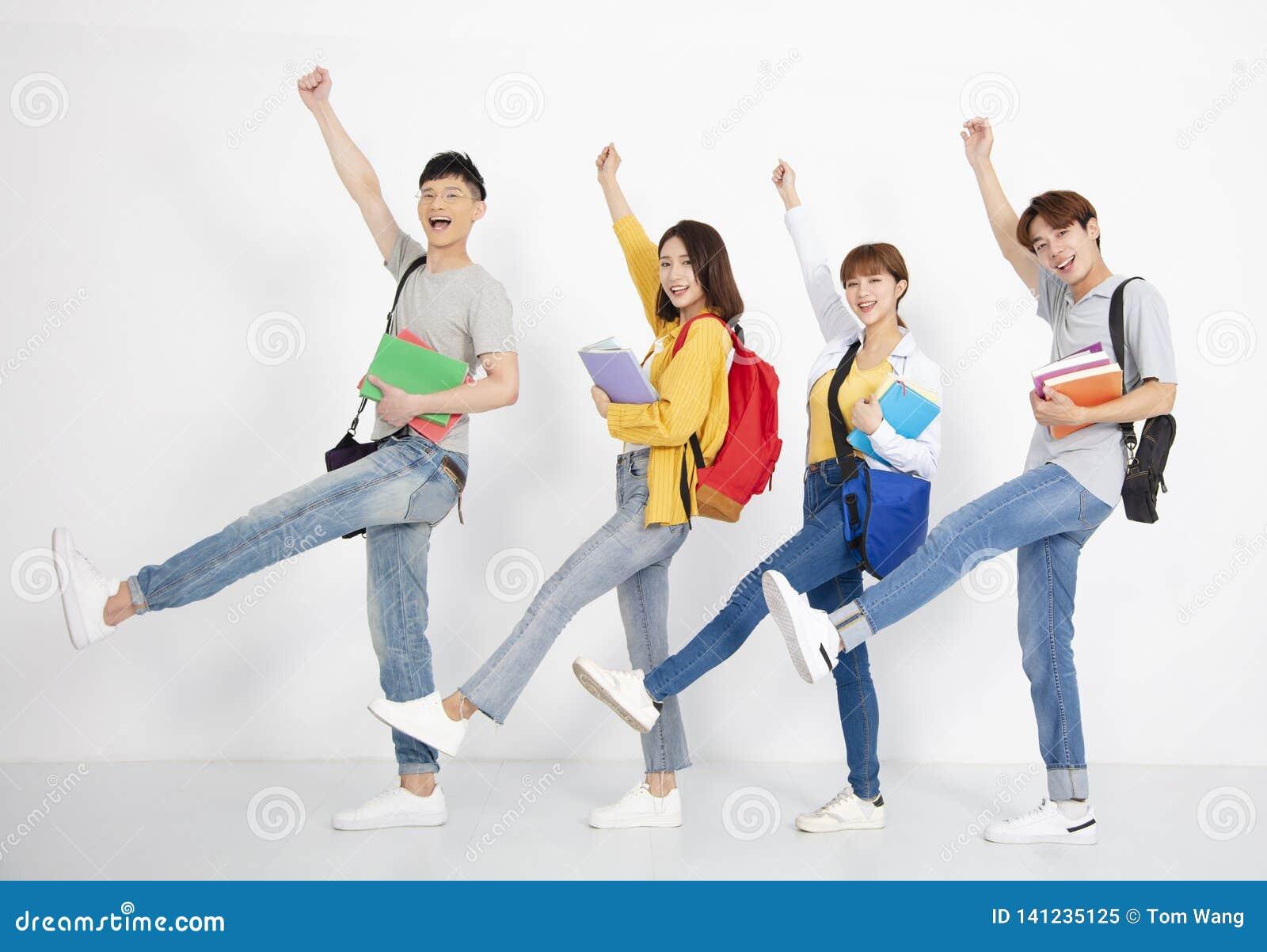 Jeune groupe d étudiant, souriant et dansant