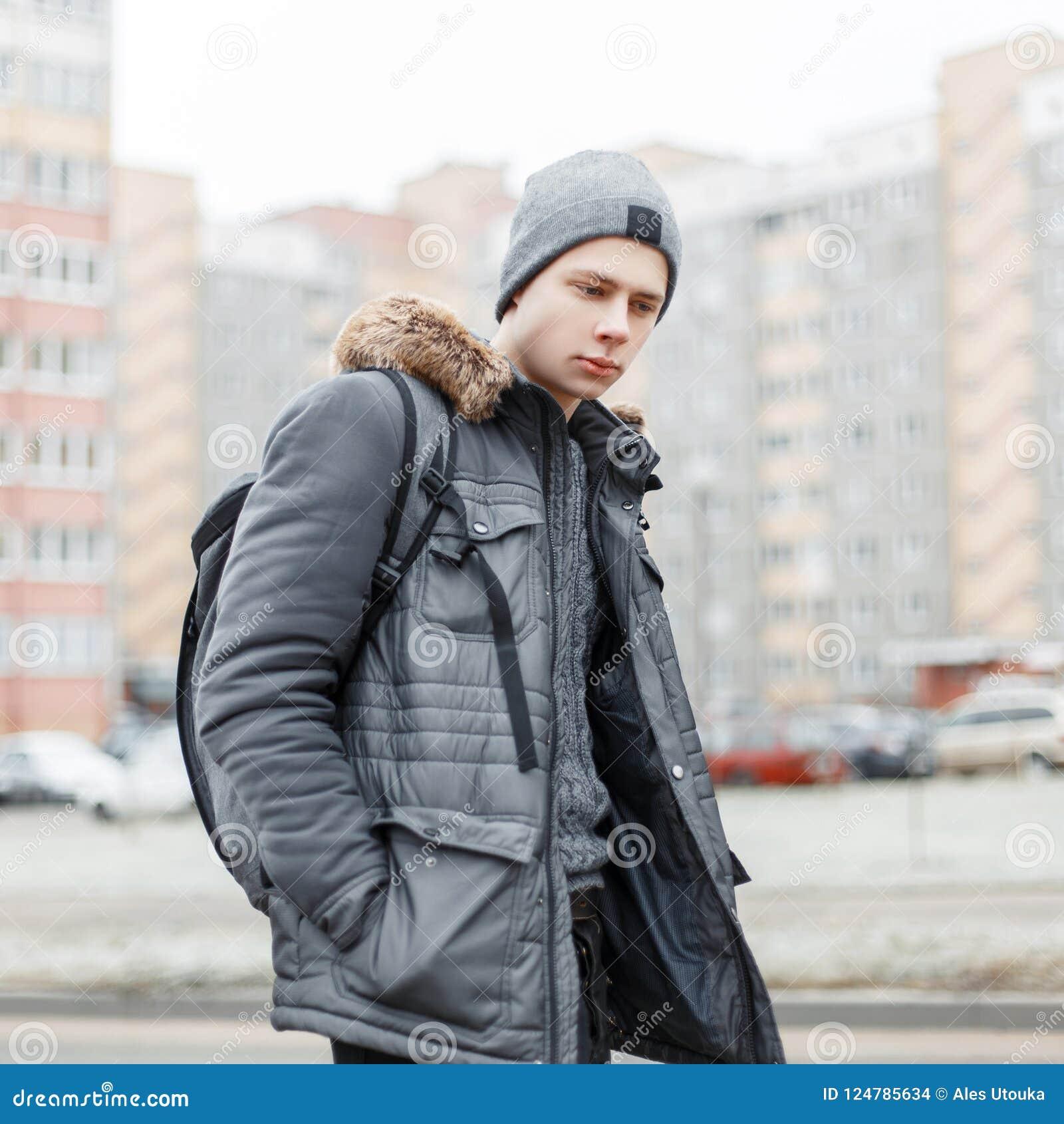 96b381a002 Jeune Homme à La Mode élégant Dans Une Veste De Mode D'hiver Photo ...