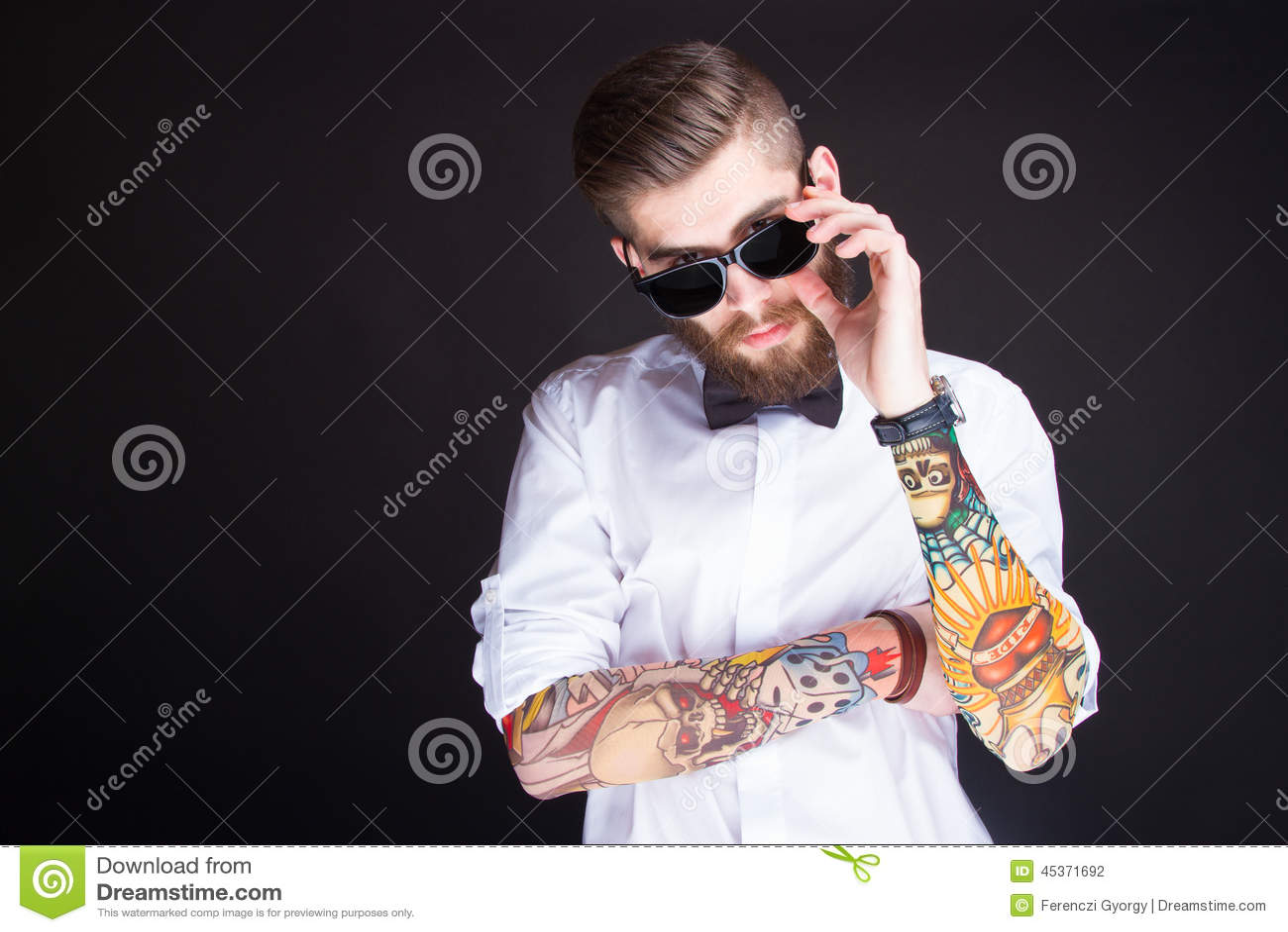 Jeune homme à la mode de hippie dans la chemise blanche