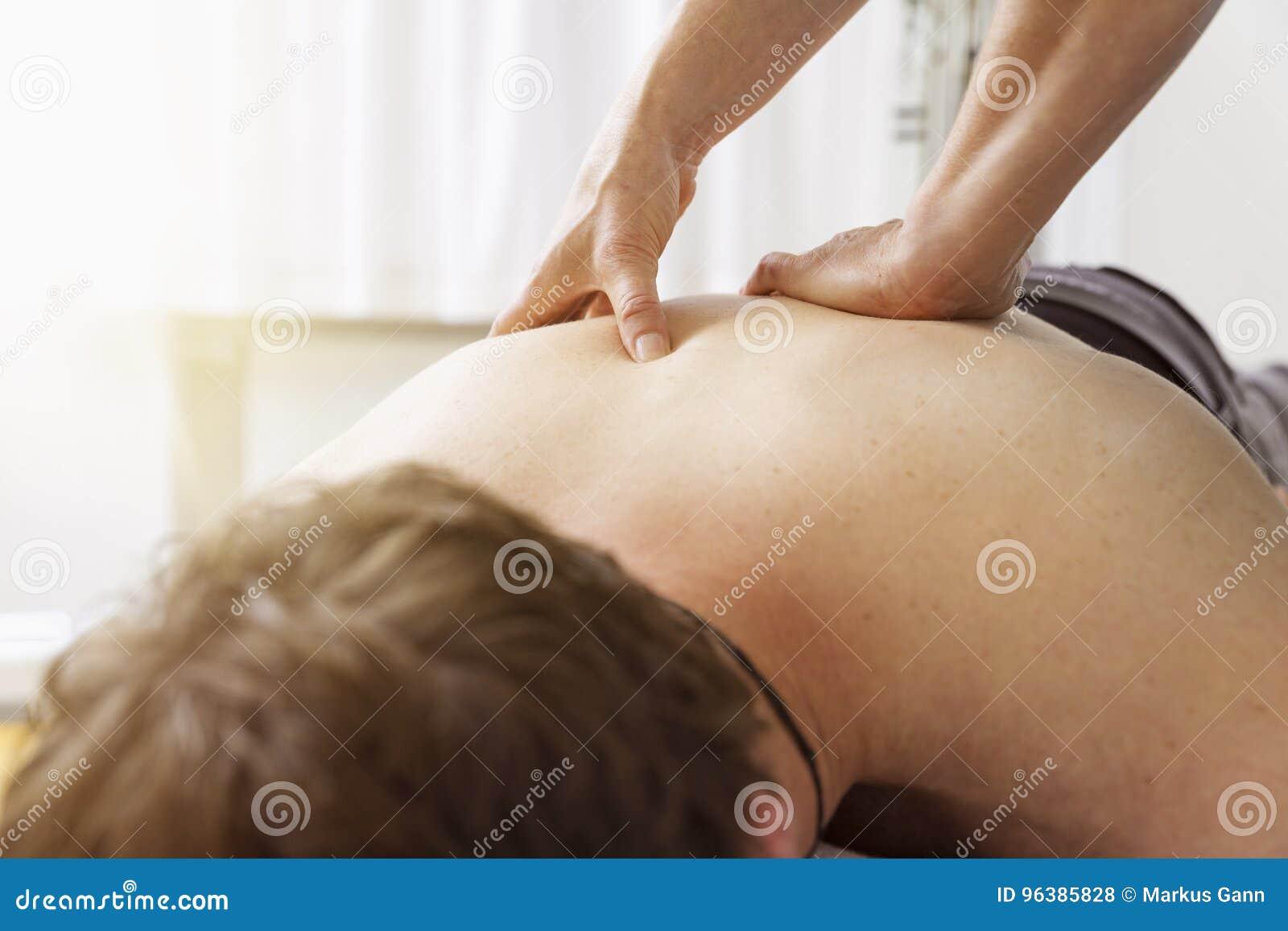 Jeune homme à la physio- thérapie