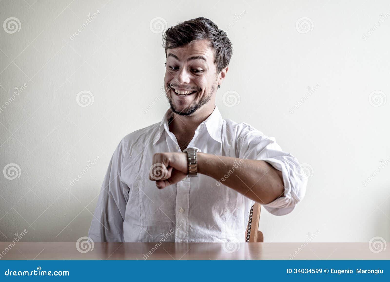 247b5b7716a28 Jeune homme élégant avec la montre-bracelet blanche de temps de chemise