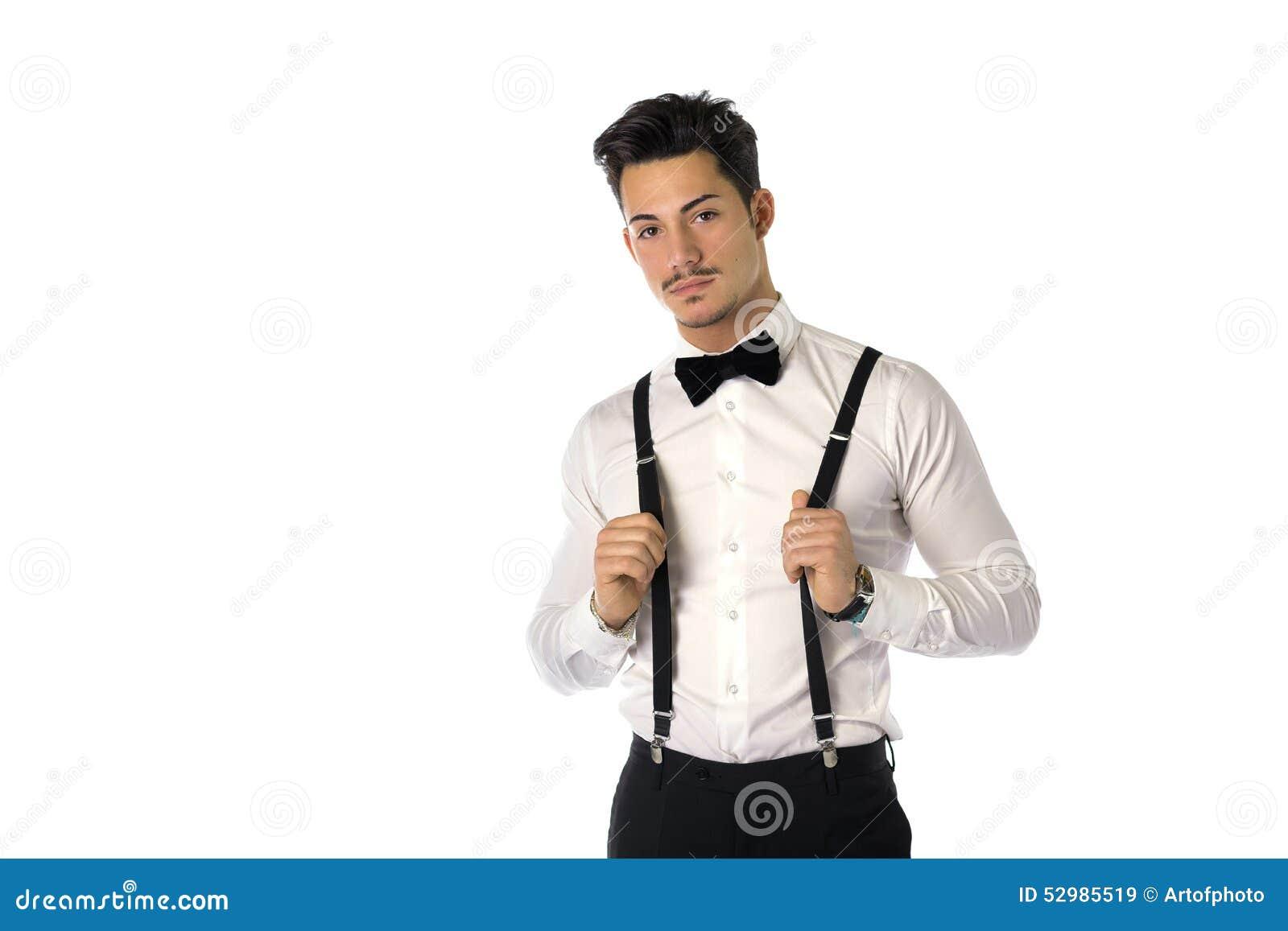 d5addc27d38a4 Jeune homme élégant beau avec le costume, les bretelles et le noeud papillon,  d'isolement sur le blanc, regardant l'appareil-photo